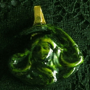 Pendant Lady Looking head On New Green